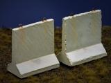 Diorama Zubehör, 2 Beton Straßensperren hoch, Beton Barrieren grau, 1:35/32