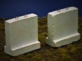 Diorama Zubehör, 2 Beton Straßensperren hoch u. dick, Beton Barrieren grau, 1:35/32